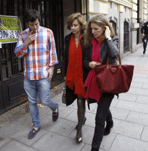 Guillermo Bárcenas (izquierda), hijo Luis Bárcenas, su mujer, Rosalía Iglesias (derecha), y su abogada, María Dolores Márquez de Prado, tras el asalto.