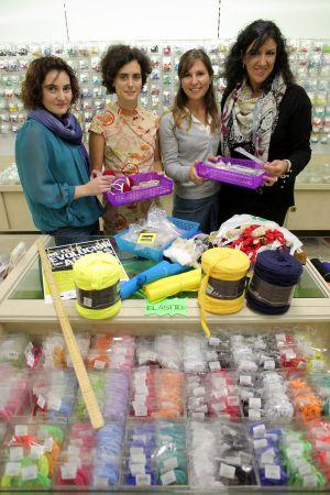 Cambio de hábitos con aguja y dedal: Una plataforma de moda sostenible celebra una jornada abierta en Pontejos para enseñar a coser