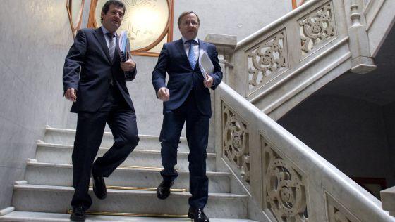 El consejero de Hacienda, Juan Carlos Moragues, a la derecha, acompañado por el portavoz del Consell, José Ciscar.