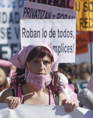 Una mujer en la manifestación de la 'marea blanca' celebrada ayer.