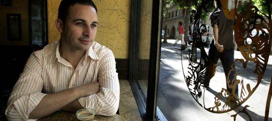 Santiago Abascal, tomándose un café en Vitoria.