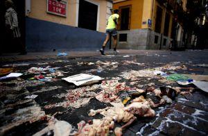 Restos de pollo tirados en la calle de Huertas.