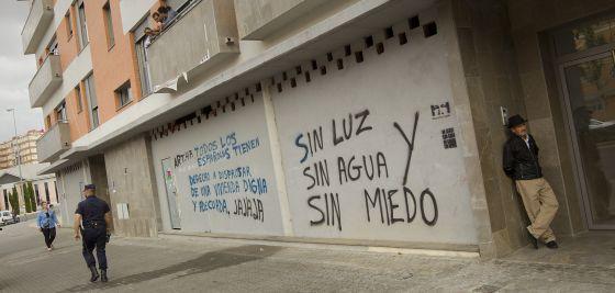 Pintada en los bajos de un bloque ocupado de viviendas en Sevilla.