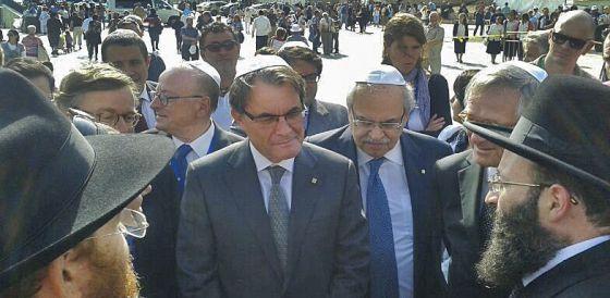 Artur Mas conversa con unos rabinos, junto al consejero Andreu Mas-Colell y el alcalde Xavier Trias.