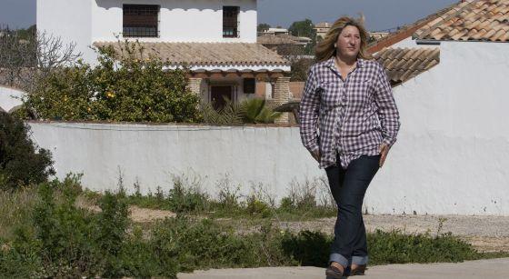 Marisol Ayala, del PVRE, ante las viviendas ilegales de Los Borreguitos, en Chiclana