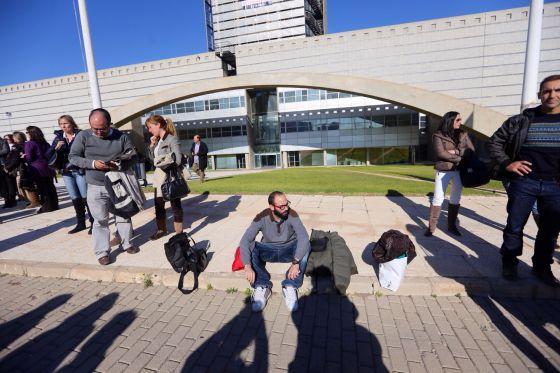 Los trabajadores, tras el fin de las emisiones, en el Centre de Producció de Canal 9