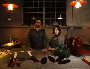 Melina Carranza y David Iglesias crean objetos de cuero bajo la marca Oficio.