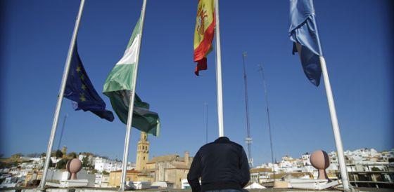 Banderas a media asta en Alcalá de Guadaíra.