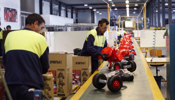 Línea de montaje de juguetes en la nueva planta de producción de Famosa en Alicante.