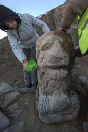 Limpieza del león ibero-romano hallado en Linares.
