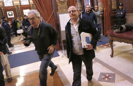 El alcalde de San Sebastián, Juan Karlos Izagirre, abandona el salón de plenos tras suspenderse la sesión.