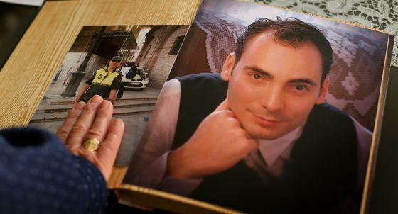 La madre de Julio Miralles con dos fotos de su hijo en su casa de Valencia. / TANIA CASTRO