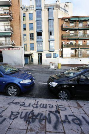 Uno de los edificio ocupados, en la calle Pintor Sorolla, en Entrevías.