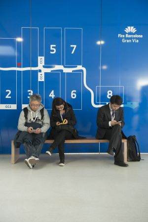 Tres asistentes al Mobile World Congress de 2013.