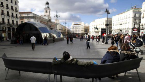 El banco en uno de los laterales de la Puerta del Sol.