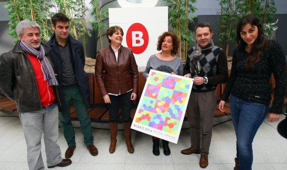 La concejal Urtasun (tercera por la derecha) sostiene el cartel ganador junto al resto de los miembros del jurado.