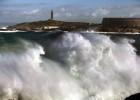 Salvamento marítimo busca al joven arrastrado por una gran ola