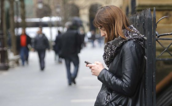 Una adolescente consulta su smartphone en San Sebastián