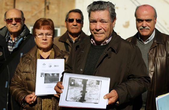 Pilar Alcorisa y su marido Luis Romero (centro) junto a otros miembros de la Asociación para la Recuperación de la Memoria Histórica.