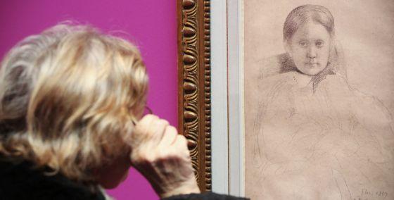 Asistente a la muestra de dibujos de Degas en la Fundación Canal.
