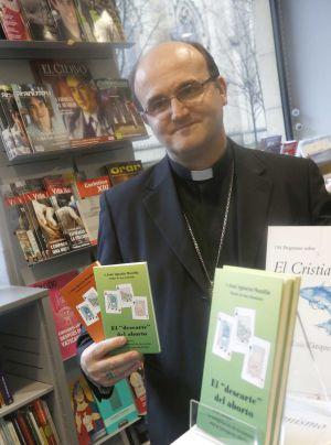 El obispo de San Sebastián, José Ignacio Munilla, muestra su carta pastoral contra el aborto.
