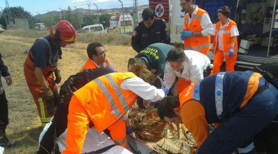 Los sanitarios atienden al herido en la explosión de la pirotecnia de Turis.