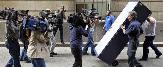 Dos operarios trasladan documentación de la Junta que requirió la juez del caso de los ERE.