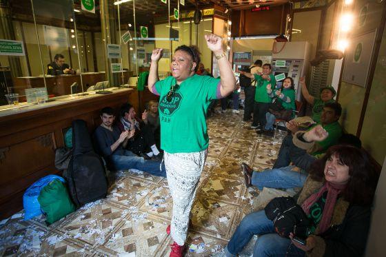 La pah lleva 12 d as de ocupaci n de una oficina del bbva for Bbva oficines barcelona