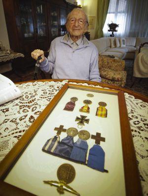 Luigi Gnecchi, con sus medallas militares.