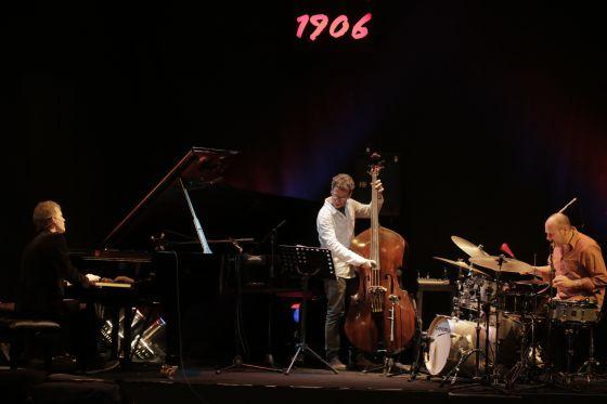 De izquierda a derecha, Brad Mehldau, al piano; Larry Grenadier, al contrabajo; y Jeff Ballard, a la batería.