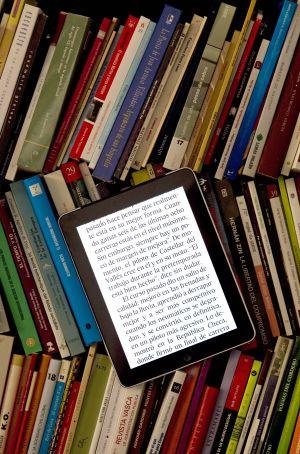 Un iPad con una versión de libro digital, en una biblioteca.