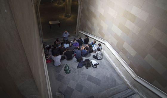 Estudiantes de la UB dan una clase en los pasillos de su sede histórica en protesta por los recortes.