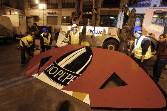 Workers prepare a section of the Tío Pepe sign before it is lifted into place.
