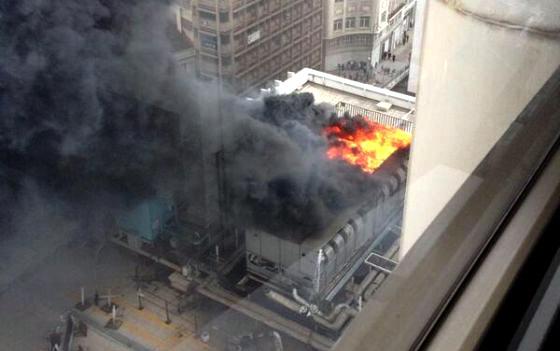 Densa columna de humo negro en un incendio en la plaza de for Plaza los cubos madrid