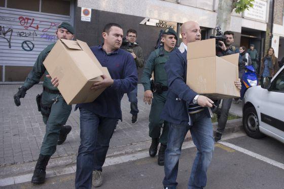 Nueve detenidos por presunta malversación en las obras AVE. La Guardia Civil registra las oficinas de Corsan en Barcelona.