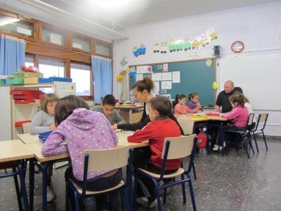 Una madre y un padre en un aula del colegio Jaume I el Conqueridor.