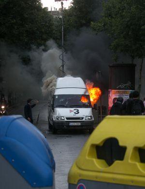 Unidad móvil de TV-3 incendiada por los manifestantes que se oponen al desalojo policial de Can Vies, en Barcelona