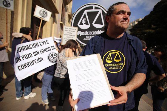 Carlos Xavier López, responsable de las ONG valenciana, celebra esta mañana la sentencia.