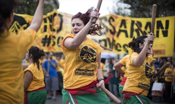 Concentración de apoyo a Can Vies en octubre de 2012 en la que se reclamaba a TMB y al Ayuntamiento la permanencia de la casa ocupada.