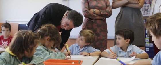 Ignacio González, durante la visita a un colegio bilingüe.