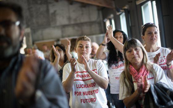 Trabajadores de Panrico en una asamblea. / ALBERT GARCIA