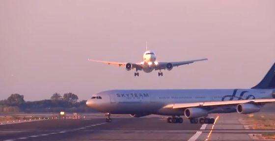 El avión de UTair se dispone a aterrizar en El Prat mientras el de Aerolíneas Argentinas cruza la pista, en una captura de vídeo.