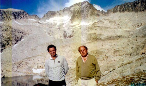 El expresidente de la Generalitat, con su hijo Jordi Pujol Ferrusola, al pie del Aneto, en 1999.