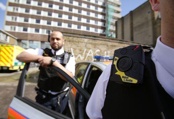 Dos agentes de la policía metropolitana de Londres muestran el pasado 6 de mayo las cámaras que llevarán al hombro.