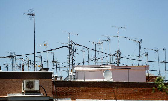 Antenas de televisión en unos tejados en Madrid.
