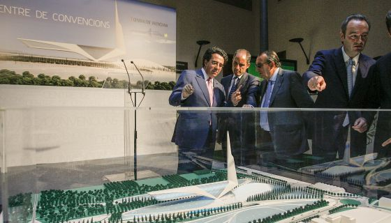 Santiago Calatrava muestra a Francisco Camps, Carlos Fabra y Alberto Fabra en 2008 la maqueta del Centro de Convenciones de Castellón.