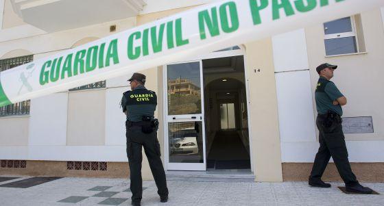 La Guardia Civil vigila el bloque donde apareció el cuerpo.