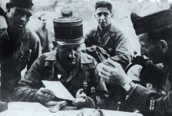 El capitan Raymond Dronne y Amado Granell preparando el ataque en Paris.