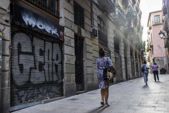 Fachada del club cannábico Barnabis, en Ciutat Vella, cerrado ayer por orden del Consistorio.
