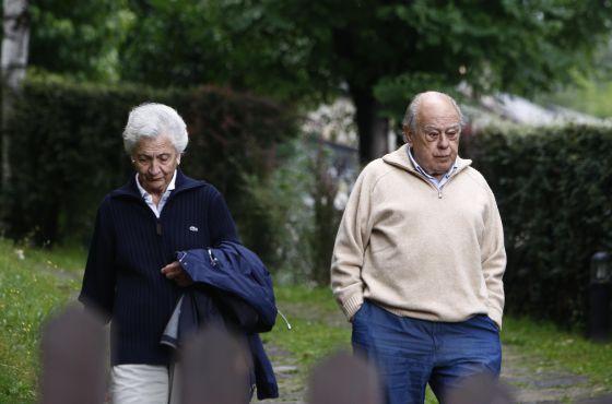 Pujol pasea el pasado miércoles con su esposa, Marta Ferrusola, por Queralbs (Girona).